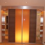 Stauraum besonders schön verpackt: Die elegante Regalwand mit Glasschiebetüren bietet einen individuellen Zugang…