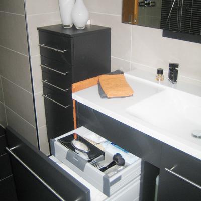 Bei der Gestaltung Ihrer Badmöbel denkt Moventa an viele wichtige Details, wie hier die Aufteilung der Schubkästen im Waschbeckenunterschrank.